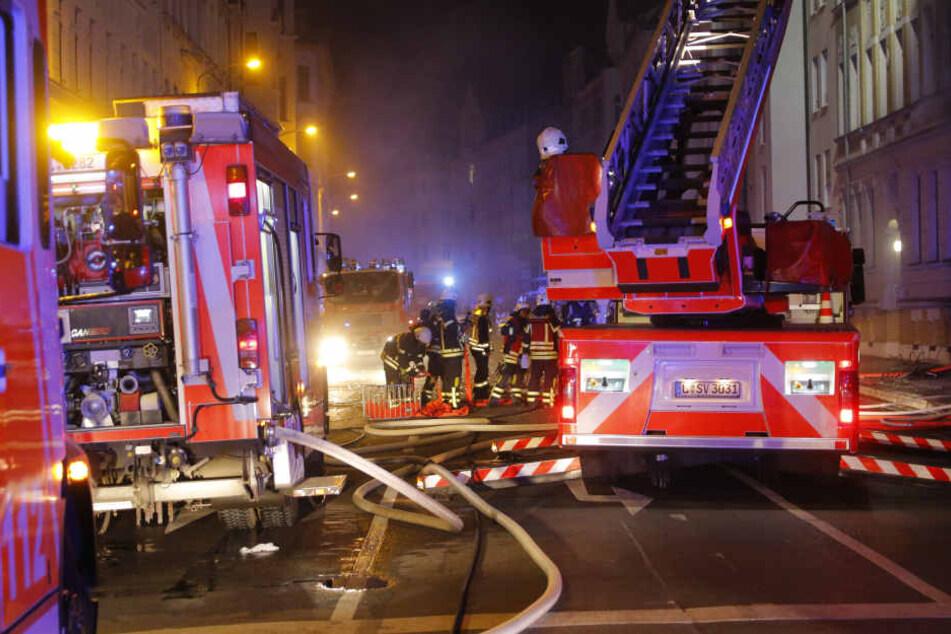 Feuerwehrkameraden an der Unglücksstelle. Hier explodierte in der Nacht ein Dönerimbiss.