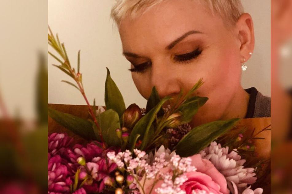 Mellis Schatz überraschte sie mit Blumen, während die Blondine für einen Job allein unterwegs ist.