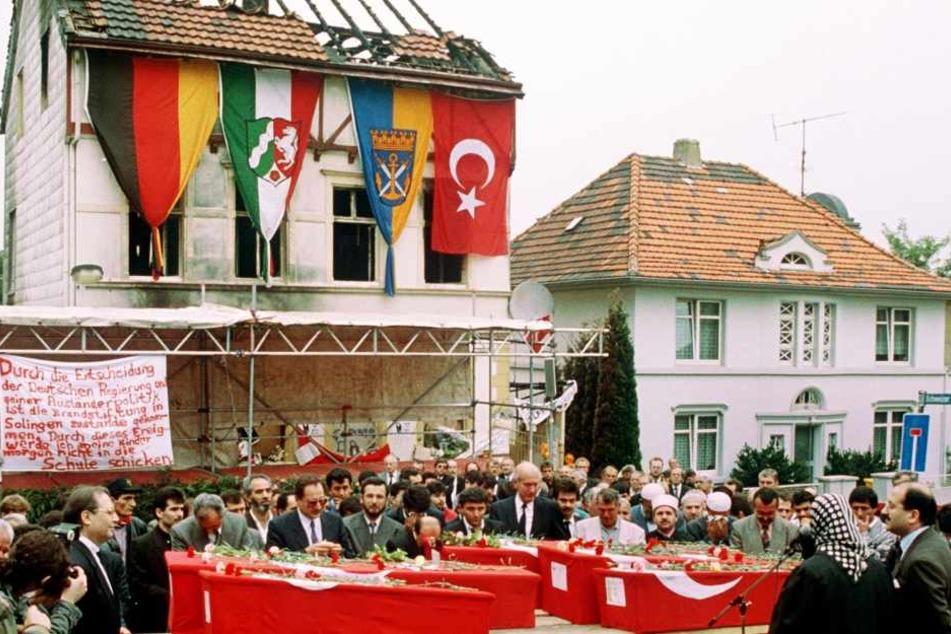 Am 23. Mai 1993 hatten rechtsradikale Männer das Haus in Solingen angezündet. Fünf Menschen starben in den Flammen, die später betrauert wurden. (Archivfoto)