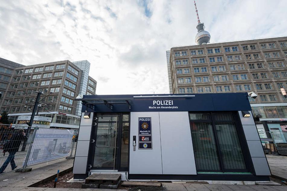 Die neue Polizeiwache steht mitten auf dem Alexanderplatz.