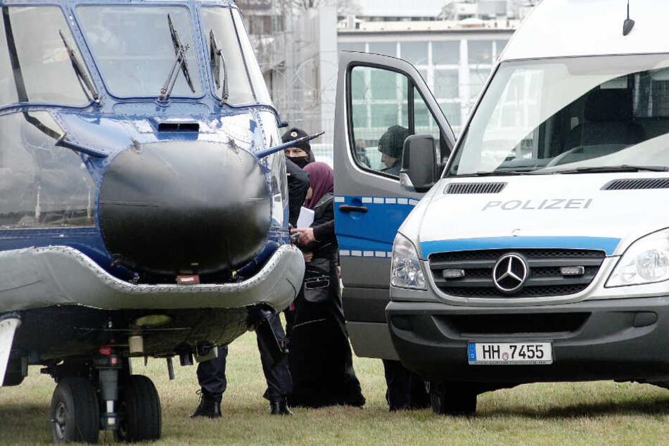 Polizisten führen die festgenommene Songül G. in einen Hubschrauber der Bundespolizei. (Archivbild)