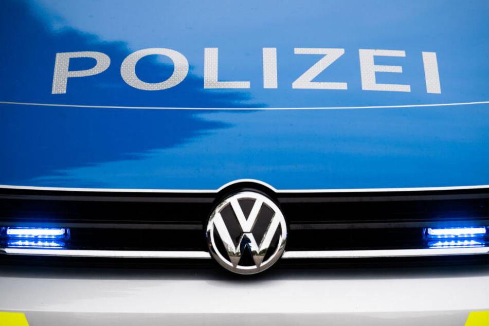 Ein Blaulicht leuchtet an einer Polizeistreife. (Symbolbild)