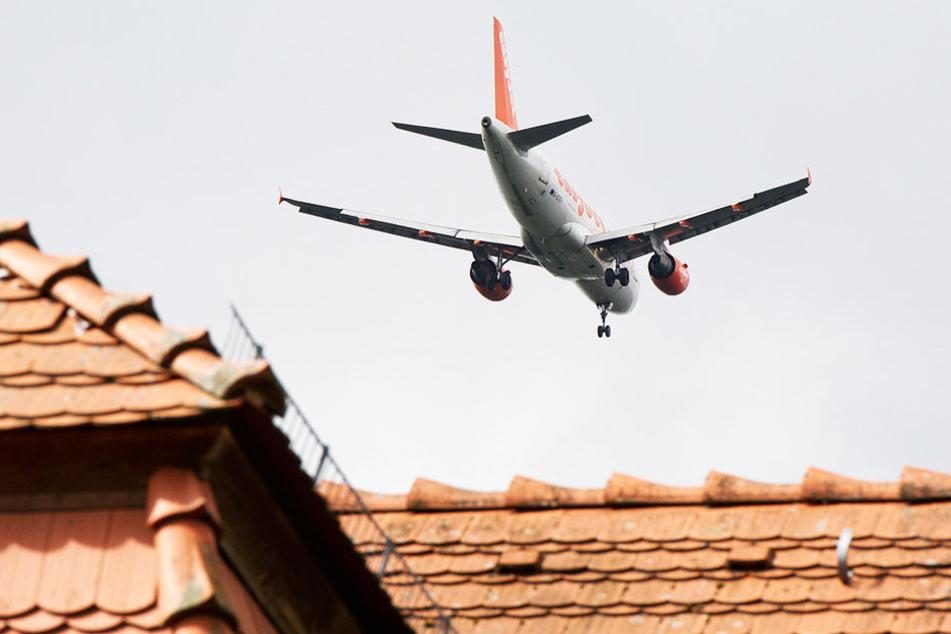 Hunderte Flugzeuge fliegen täglich über Wohngebiete nahe des Schkeuditzer Flughafens.