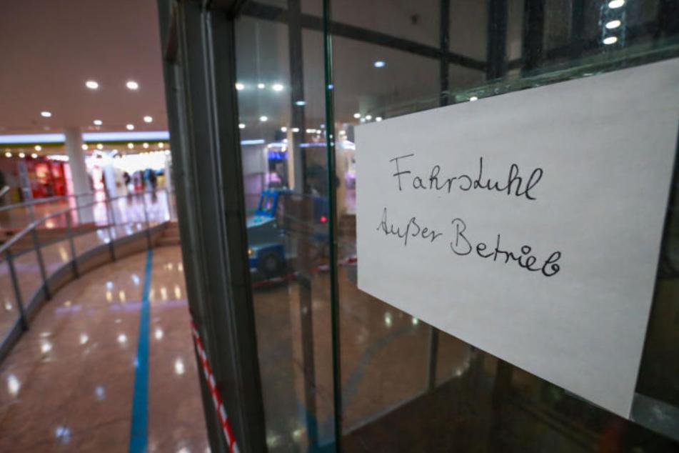 Defekte Glastüren und Fahrstühle stehen symbolisch für den Verfall des Jahnplatz Forums.
