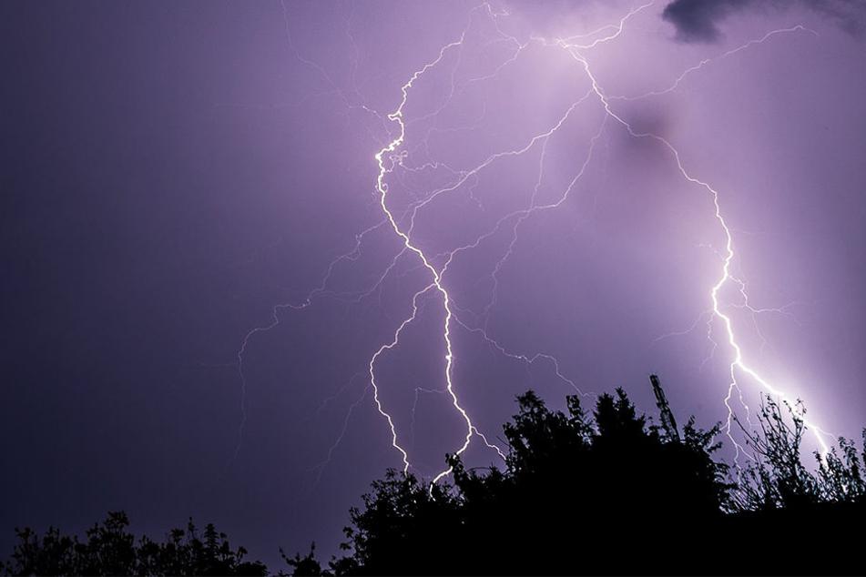 Auf einem Campingplatz in der Oberpfalz sind bei einem Blitzeinschlag 15 Menschen verletzt worden. (Symbolbild)