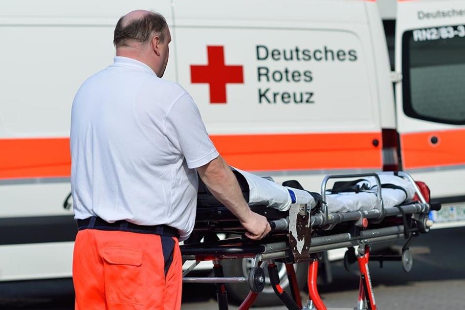 Ein Jugendlicher schlug einen Rettungssanitäter, der ihn behandeln wollte. (Symbolbild)