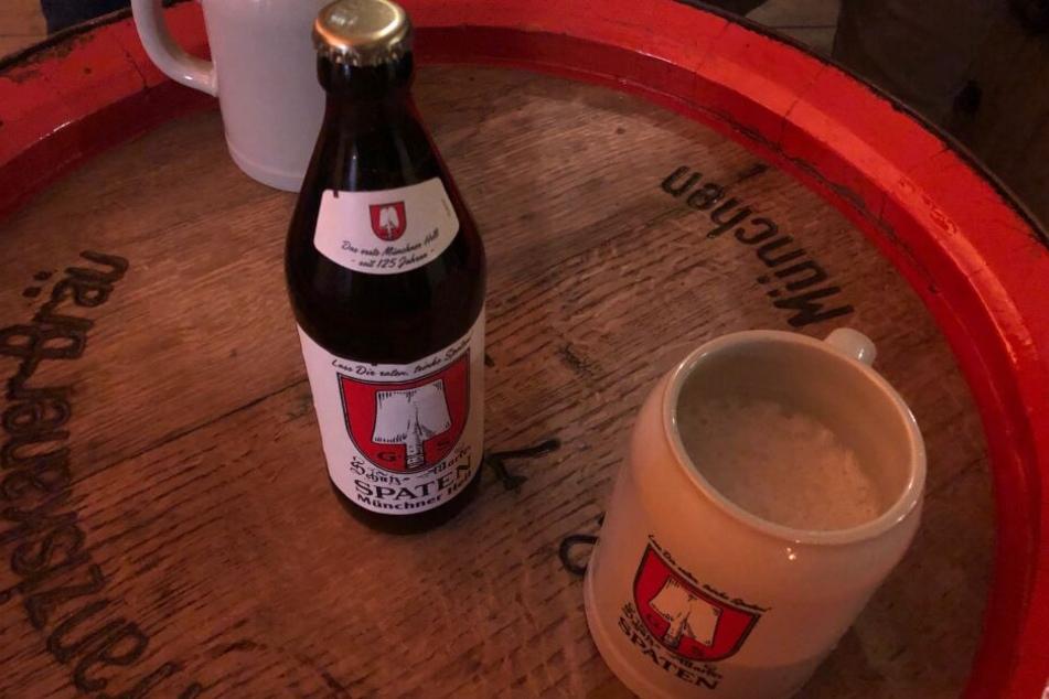"""Wie anno dazumal: Die Jubiläums-Flasche """"Münchner Hell"""" ziert das traditionelle Spaten-Logo."""