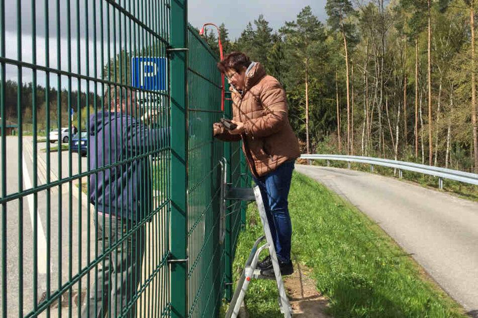Christina Wagner verkauft weiter ihre Zaun-Wurst an der A9.