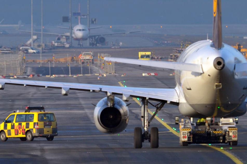 Der 19-Jährige befand sich in Begleitung von zwei Polizisten gerade auf dem Weg zu dem Flugzeug, dass ihn zurück nach Nigeria fliegen sollte (Symbolbild).