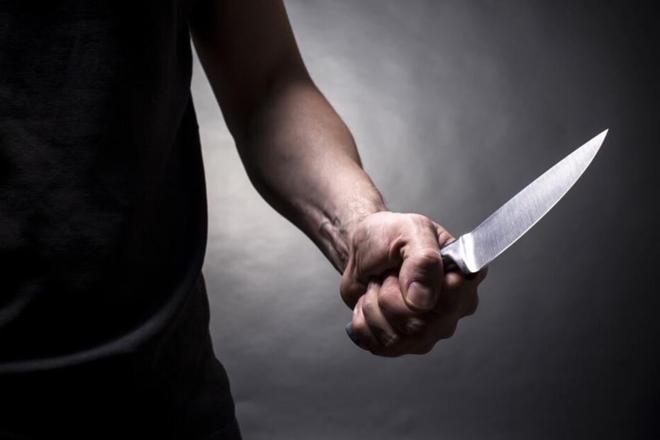 Der Mann nahm ein Küchenmesser und stach auf das Opfer ein. (Symbolbild)