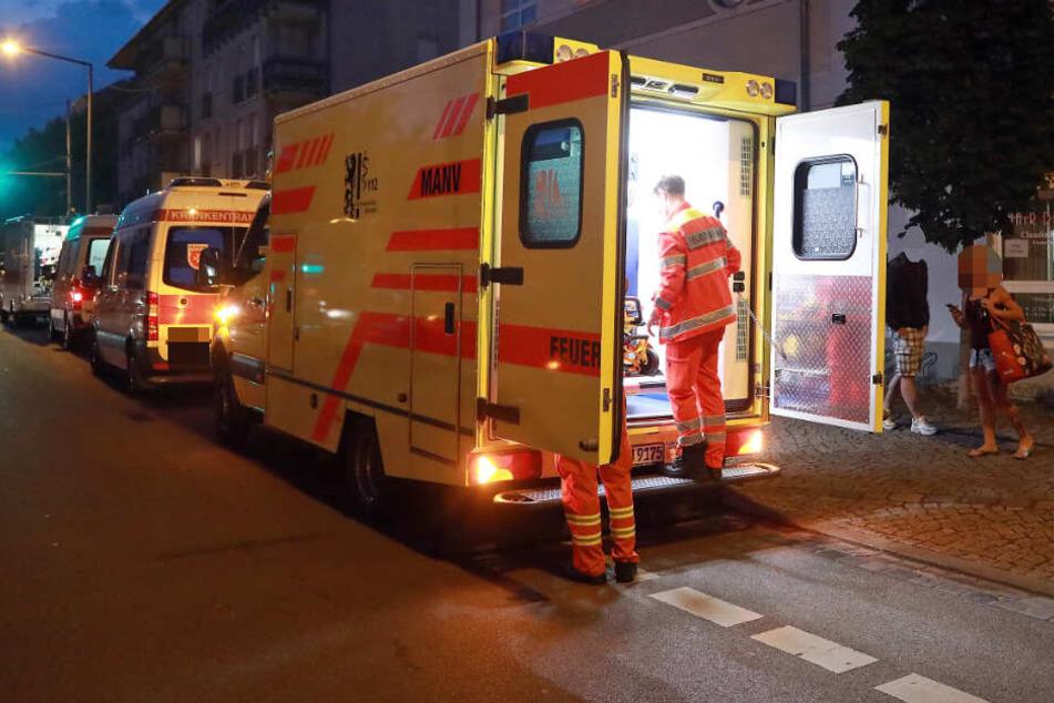 Der Bewohner wurde mit Brandverletzungen in ein Krankenhaus gebracht. (Symbolbild)