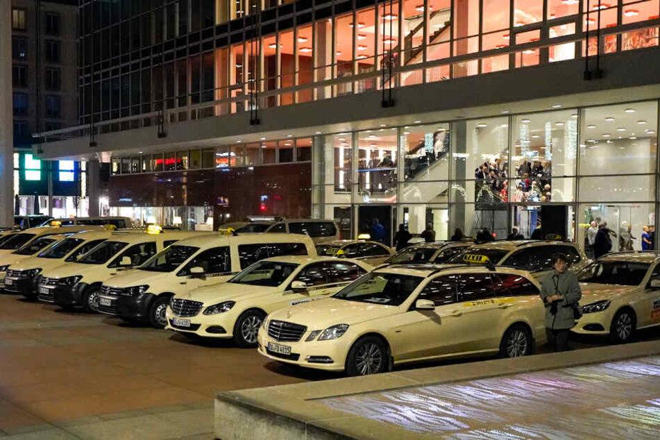 Da die Taxifahrer Knöllchen fürs Parken auf dem Kulti-Vorplatz kassierten, stellen sie jetzt den Abholservice ein.