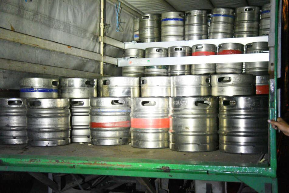 Die gestohlenen Bierfässer wurden in einem Polizei-Lastwagen von den Beamten abtransportiert.