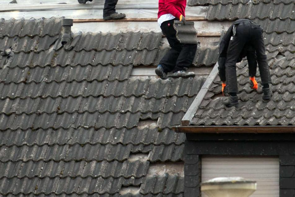 Falsche Dachdecker haben sich in Thüringen Tausende Euro erschlichen. (Symbolbild)