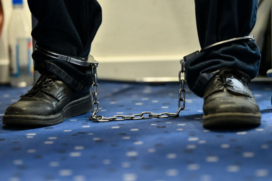 Der Angeklagte saß mit Fußfesseln im Gerichtssaal in Bamberg.