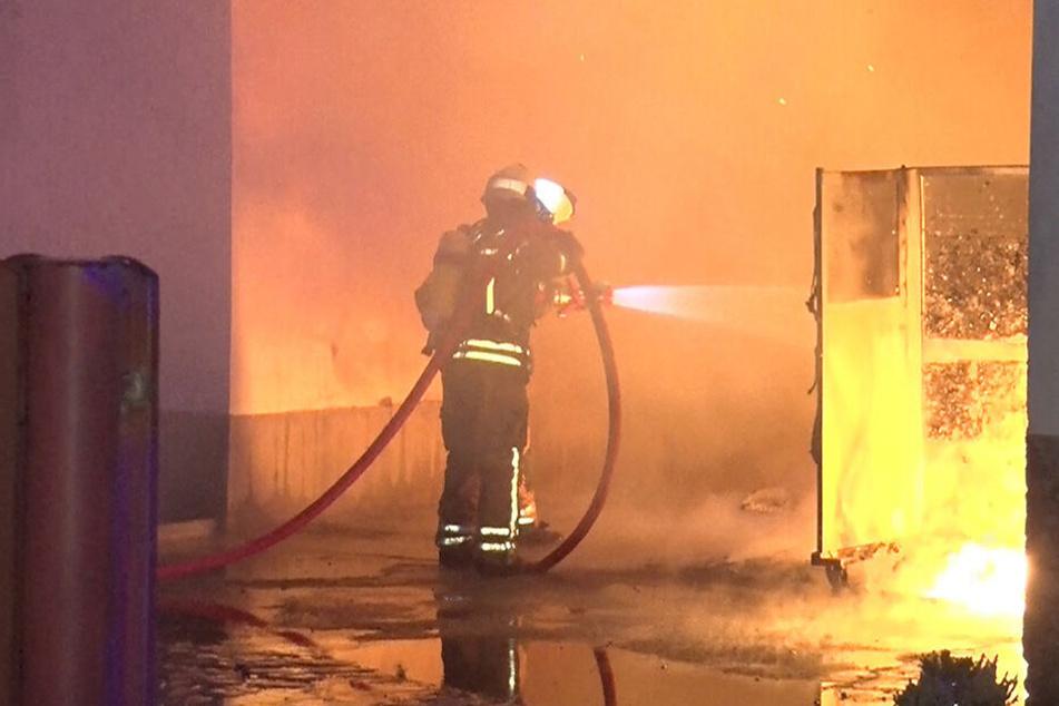 Die Feuerwehr konnte ein Übergreifen der Flammen auf das angrenzende Gebäude verhindern.