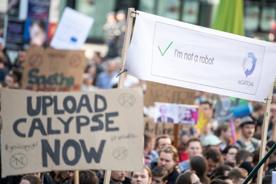 Die Demonstranten befürchten, dass potenzielle Upload-Filter bei YouTube und anderen Diensten zu einer Zensur führen könnten.