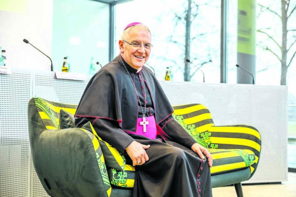 """Bischof Heinrich Timmerevers (66), hier auf dem """"Sachsensofa"""", einem neuen Gesprächsformat."""