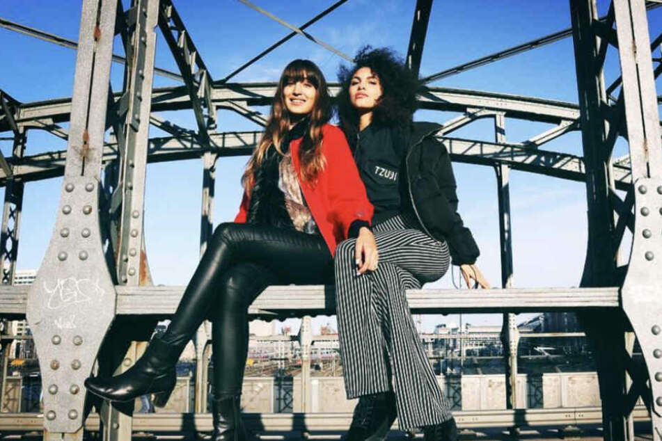 So kennen wir Julianna: Tough posiert sie hier mit GNTM-Mitstreiterin Sara (l.) auf einer Brücke.