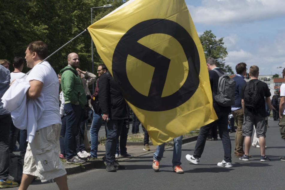Eine Flagge der rechtsextremen Identitären Bewegung.