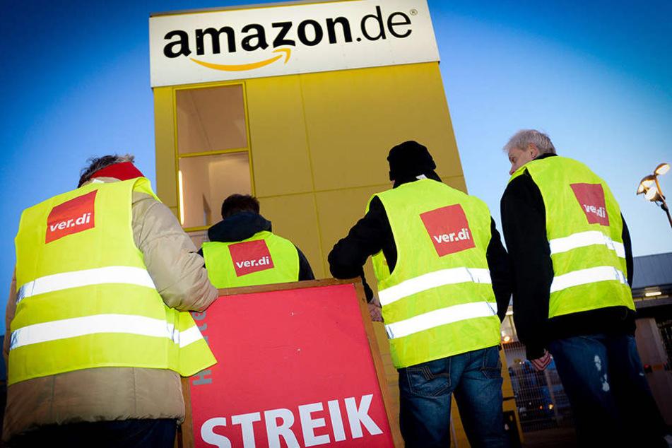 Im Amazon-Zentrum in Leipzig stehen heute die Bänder still. Mitarbeiter streiken für ein besseres Gehalt.