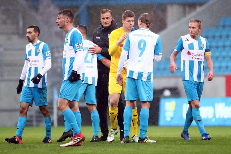 Am 14. Spieltag gab es ein 4:0 gegen den FC Oberlausitz. Trainer David Bergner (M.) gratuliert Rafael Garcia, Michael Blum, Timo Mauer, Jakub Jakubov, Kimmo Hovi und Dennis Grote (v. l.) zum Heimsieg.