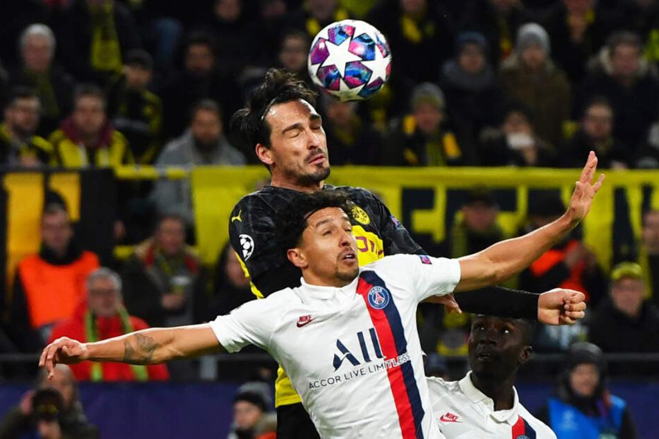 Mats Hummels (oben) und der BVB hatten in Hälfte eins die klare Lufthoheit und waren auch sonst das überlegene Team, das sich aber noch nicht belohnte.