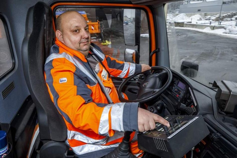 Jens Schiller (53) fährt für die Stadtreinigung Dresden ein  Schneeräumfahrzeug samt GPS-Technik