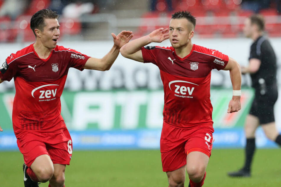 Christoph Göbel (l.) jubelt hier gemeinsam mit seinem Bruder Patrick, von dem er während seiner langen Verletzungspause sehr viel Unterstützung erhielt.