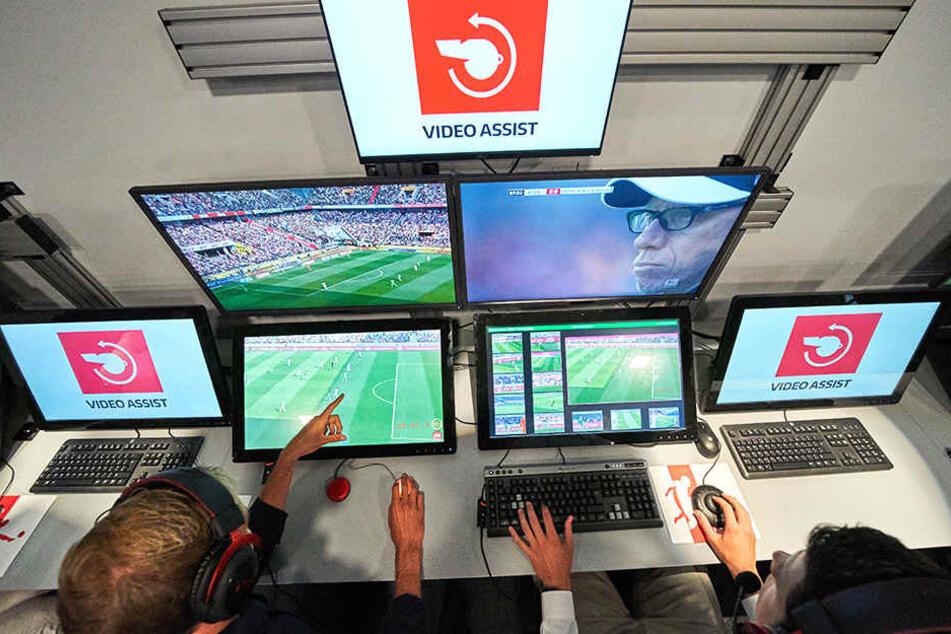 Von Köln aus kann der Videoschiedsrichter eingreifen.