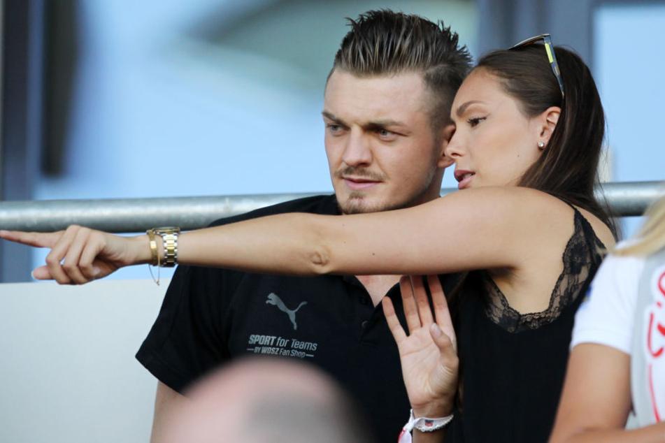 """""""Dort, auf dem Spielfeld, wirst du bald wieder stehen"""", scheint die Freundin von Alexander Sorge ihrem Liebsten zu flüstern."""