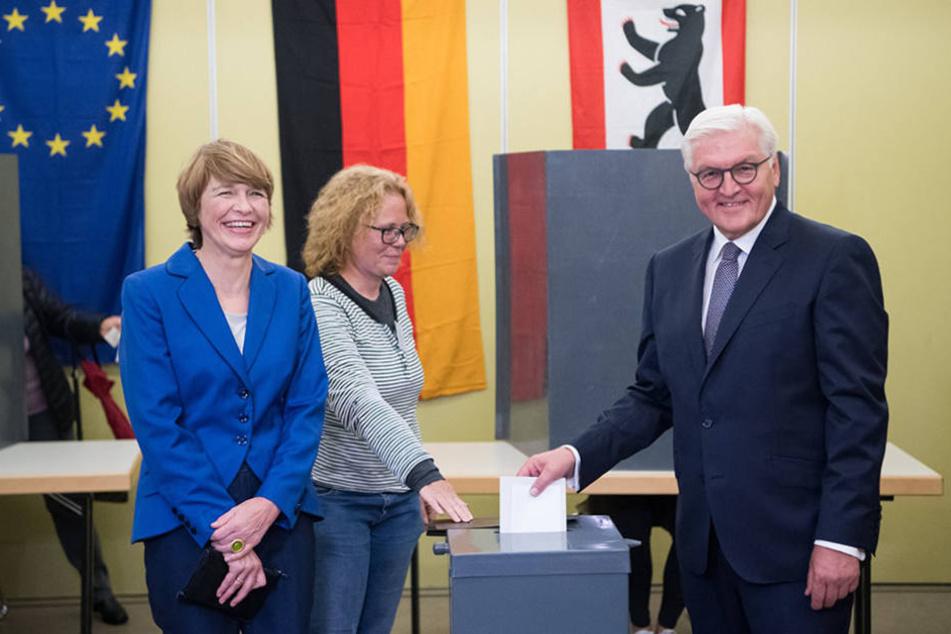 Bundespräsident Frank-Walter Steinmeier (r) und seine Frau Elke Büdenbender (l) geben in ihrem Wahllokal in Berlin-Zehlendorf ihre Stimmen zur Bundestagswahl 2017 ab