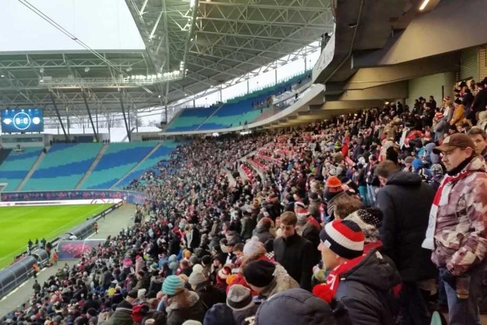 Die Fans waren auf dem Weg zum Fußballspiel Glasgow Rangers gegen RB Leipzig.