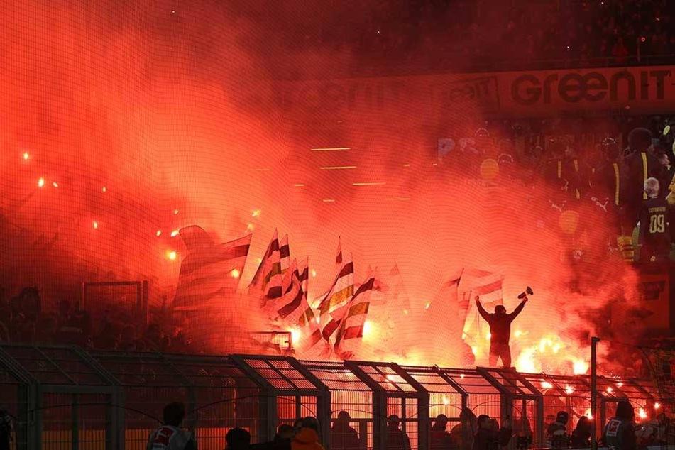 Fans aus Gladbach zünden bengalische Feuer.