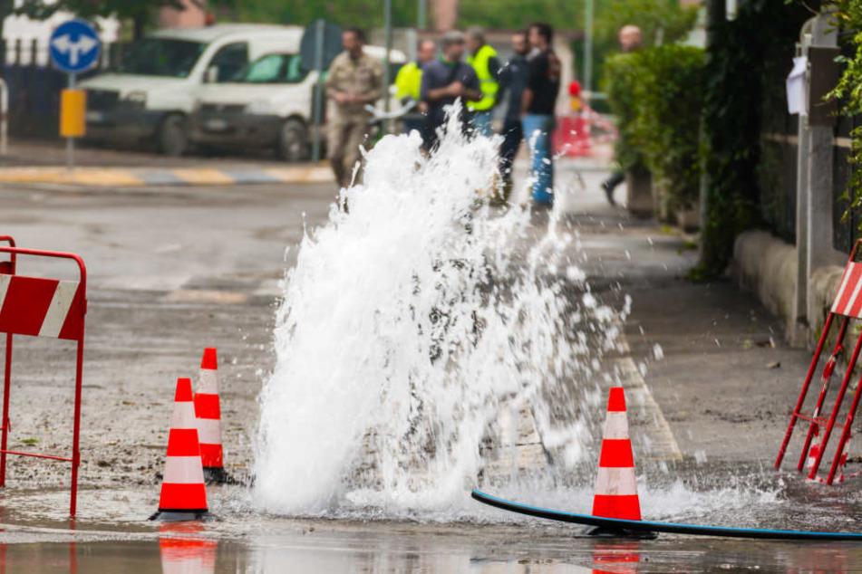 Vollsperrung! Wasserrohrbruch legt Straße lahm