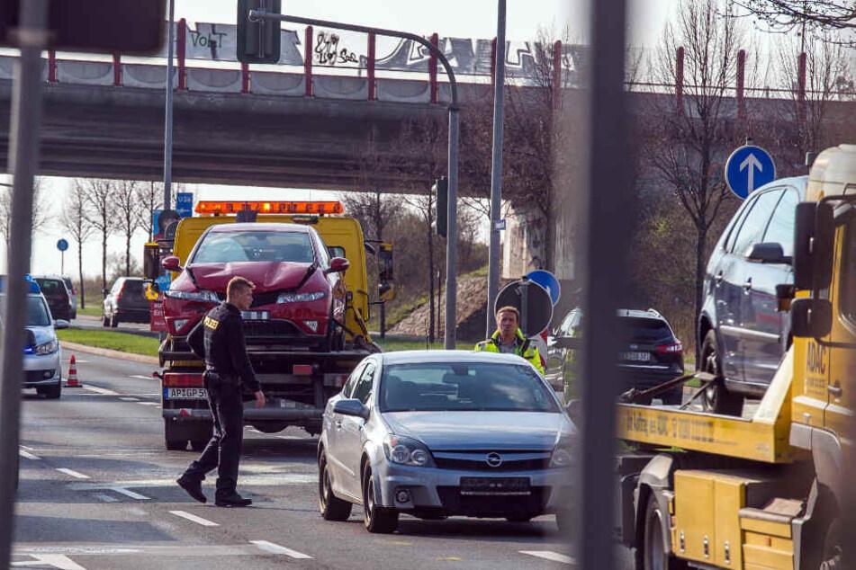 Mehrere Fahrzeuge stießen bei dem Unfall zusammen.
