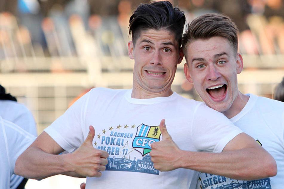 Dennis Mast und Florian Hansch (r.) hatten nicht nur auf dem Platz viel Freude. Hier feiern sie gemeinsam den Pokalsieg in Leipzig.