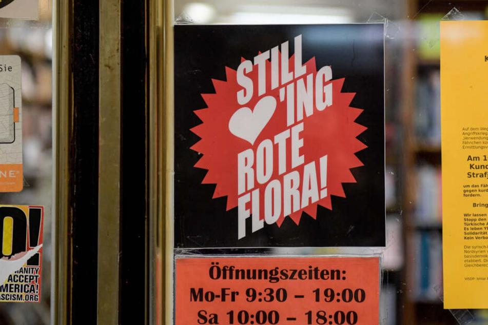 """Ein Plakat mit der Aufschrift """"Still loving Rote Flora!"""" hängt 1 Jahr nach den Ausschreitungen beim G20-Gipfel als Solidaritätsbekundung in einem Ladenlokal im Hamburger Schanzenviertel in der Nähe der Roten Flora."""