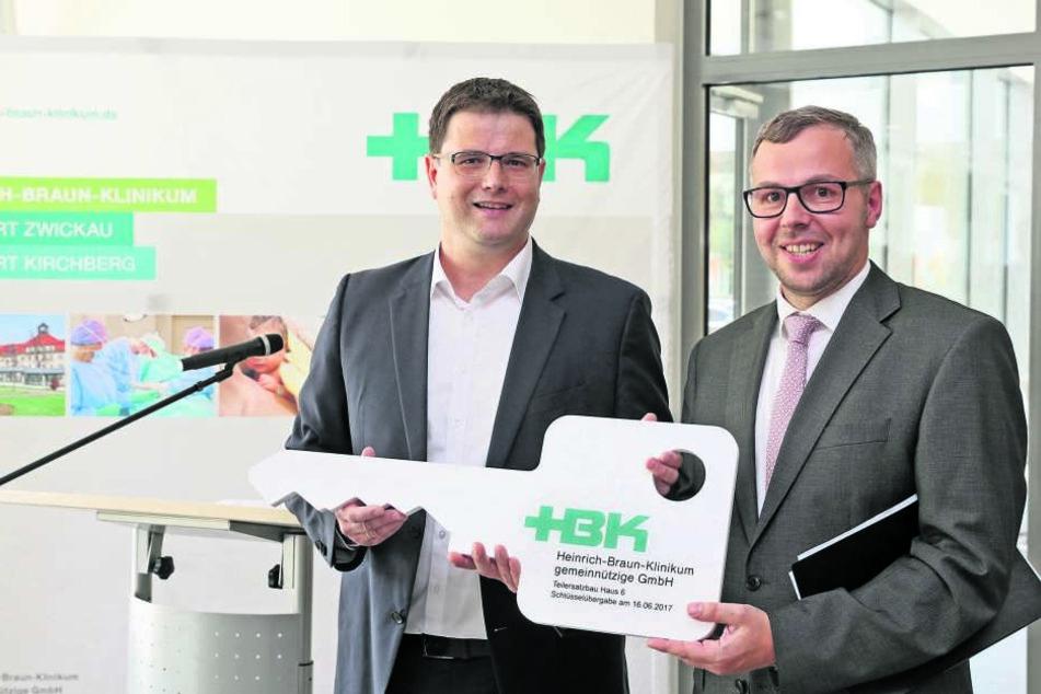 Architekt Christian Strauss (l.), übergibt den symbolischen Schlüssel für den  neuen Anbau an HNO-Chefarzt Dr. Joachim Stadler.