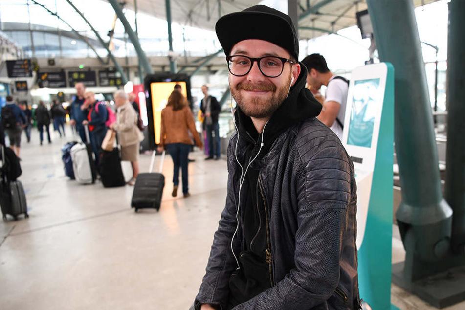 Schnappschuss: Sänger und Songwriter Mark Forster wartet im Bahnhof Lille Europe auf den Zug.