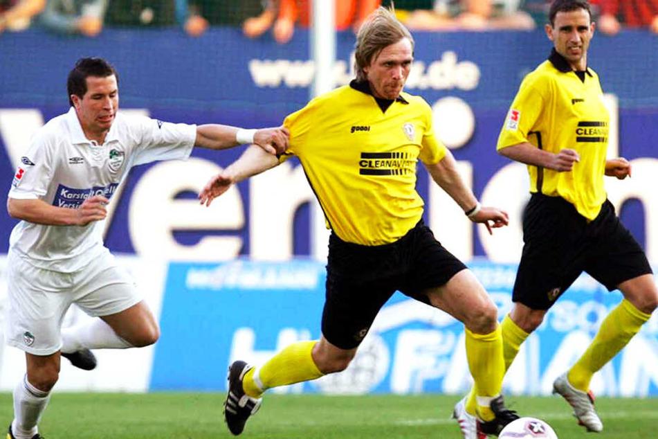 Am 15. April 2005 gewann die Dynamo in Fürth mit 1:0. Siegtorschütze Ansgar Brinkmann (M.) setzt sich hier gegen Christian Weber durch.