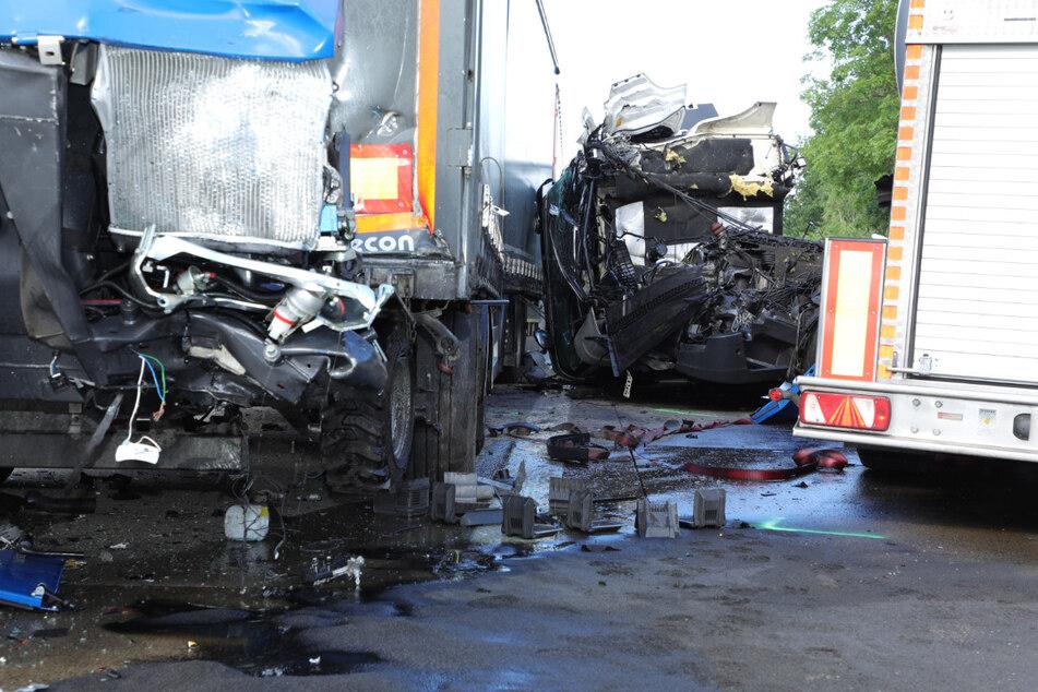 Bei der Kollision wurde das Führerhaus eines Lkw abgerissen.