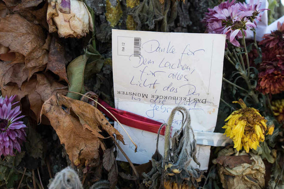 Zahlreiche Blumen und Trauerbekundungen wurden für die ermordete Studentin niedergelegt.