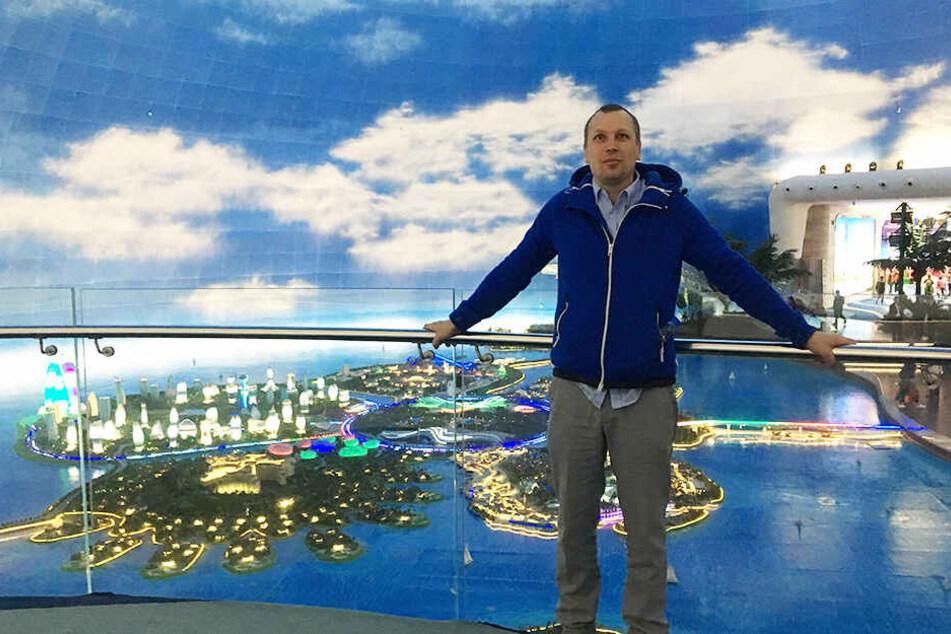 """Boris Kögel (40), Chef der """"Lila Soße"""", vor der Animation von """"Ocean Flower Island""""."""