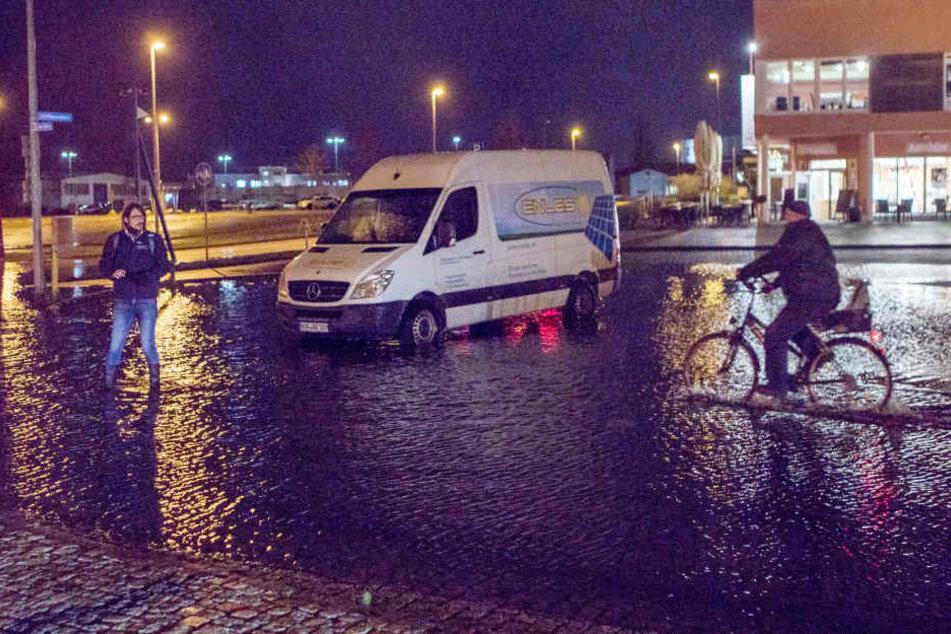 In Wismar steht ein Parkplatz am Stadthafen unter Wasser.