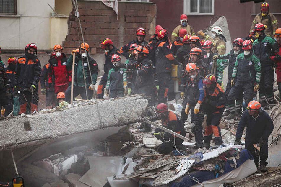 Nach dem Einsturz eines Wohnhauses in Istanbul gehen die Rettungsarbeiten weiter.