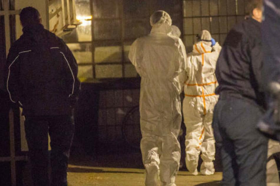 Die Mordkommission untersuchte das Treppenhaus, in dem sich die Tat ereignet hatte.