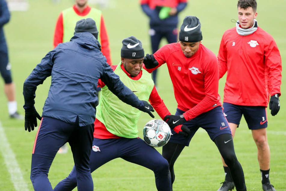 Trainer Julian Nagelsmann (l.) versucht im Training, Lookman den Ball abzunehmen. Auch im Team hat er den Engländer fast komplett aus dem Rennen genommen.