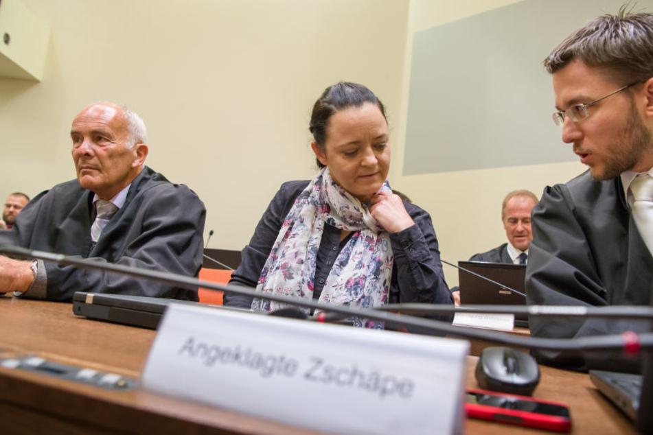 Beate Zschäpe im Gerichtssaal des Oberlandesgericht mit ihren Anwälten Hermann Borchert (l.) und Mathias Grasel (r.).