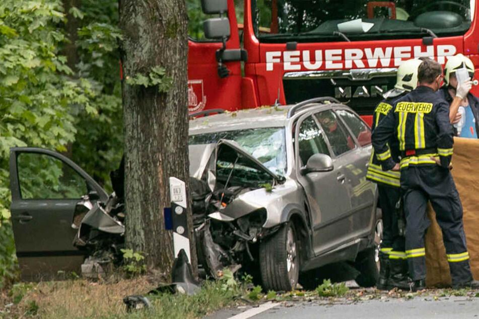 Ein Toter! PKW kracht bei Panschwitz-Kuckau frontal gegen Baum